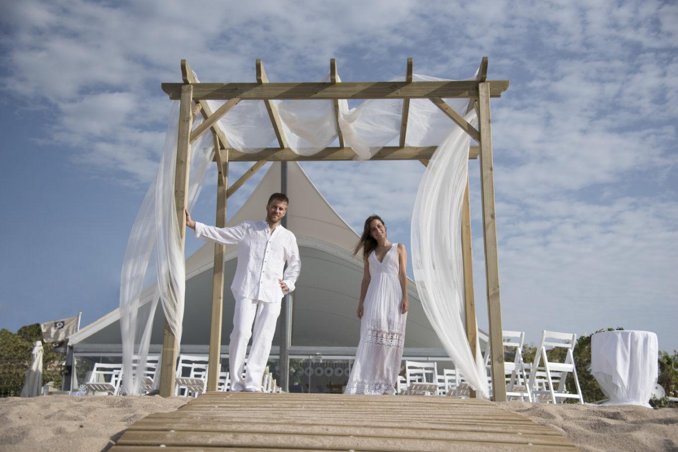 La cerimònia del casament al costat del mar